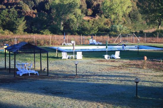 Casavacanze Podere Cascatelle & Agriletizia: Blick vom Balkon auf den Pool