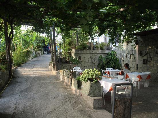 Hotel Villa Cimmentorosso: la zona pranzo del giardino
