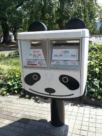 Ueno Park : 上野動物園前のパンダポスト 耳もありますよ~
