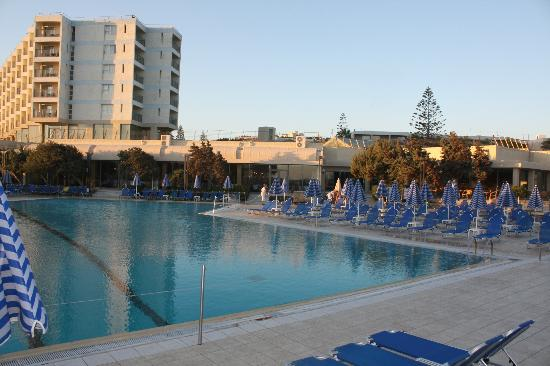 Arina Beach Hotel: Constantly cleaned pool area