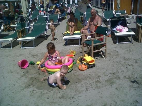 bimbi in spiaggia - Picture of Bagni Colombo Andora, Andora ...