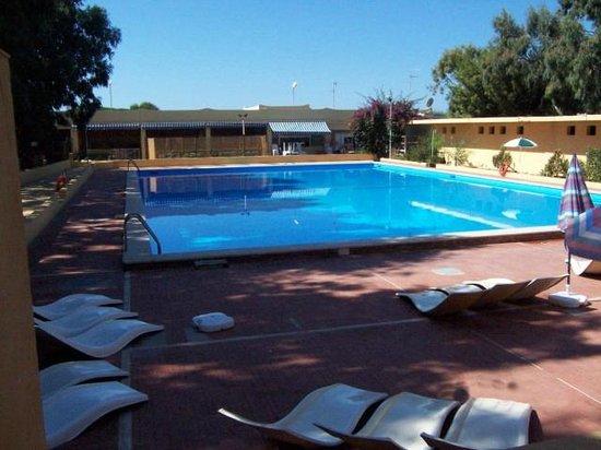 Camping Baia dei Coralli: Piscina(Aperta Luglio e Agosto)-Swimmingpool (July&August opened)