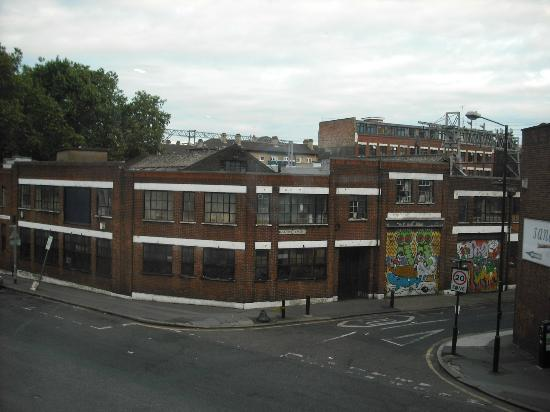 Go Native Three Colts Lane Serviced Apartments: vue de la chambre coté rue