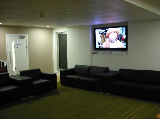 Go Native Three Colts Lane Serviced Apartments: la salle TV à l'étage