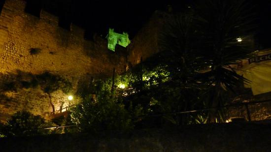 Ristorante Paradiso Perduto: View of the restaurant from the street below at night