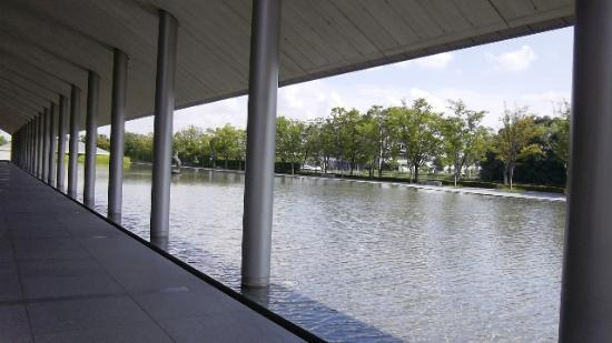 Sagawa Art Museum: 水の配置が美しい。