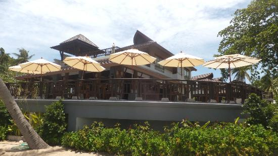 Maehaad Bay Resort: Looking up at restaurant from beach