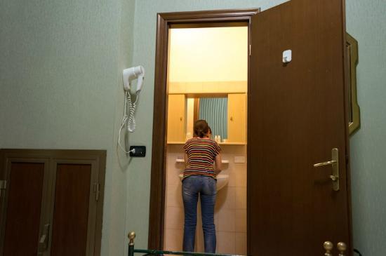 Hotel Imperial: Stanza n. 102. Porta del bagno.