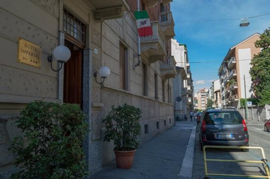 Hotel Imperial: Ingresso dell'hotel e vista della strada (via Principessa Clotilde)