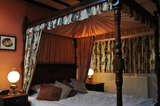 The Old Priory: Four poster water bed