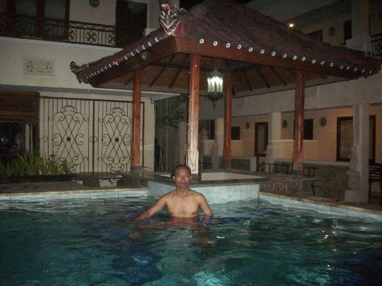 Hotel Miki: berenang malam hari setelah seharian mengelilingi bali