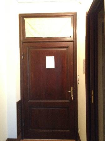 Hotel Portici Arezzo, Tuscany: La porta: il vetro superiore è coperto con un pezzo di stoffa per non far entrare luce da fuori
