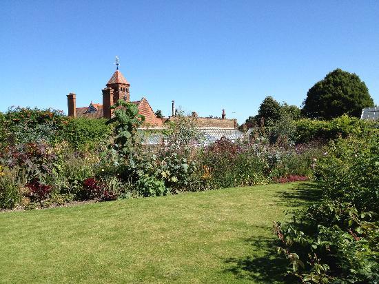 Capel Manor Gardens: Manor grounds