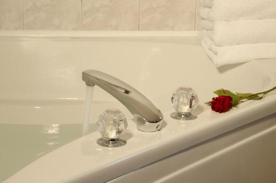 Canyon Road Inn Bed & Breakfast: Enjoy Our whirlpool Tubs