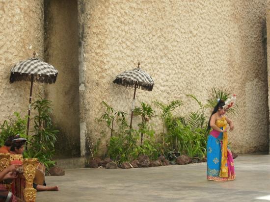 Ungasan, Indonesia: penari bali yang cantik, diiringi gamelan