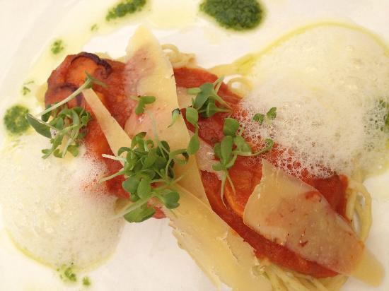 Makaron: Mushroom bolognaise, lime spaghetti, parmesan foam, fresh herbs 