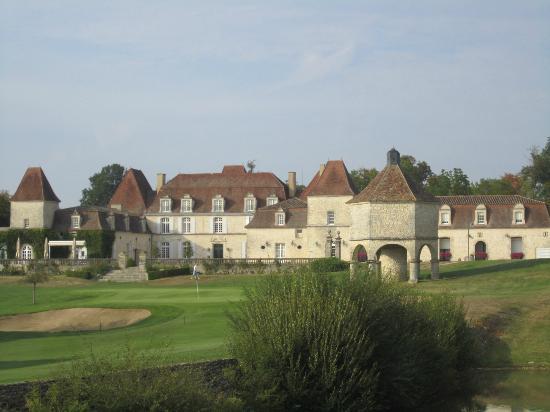 Chateau des Vigiers: vue du chateau & de son pigeonnier depuis le trou 18
