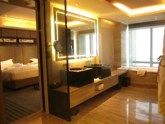 Mels Weldon Dongguan Humen: A very spacious bath room with tubs and showers and closet in one place