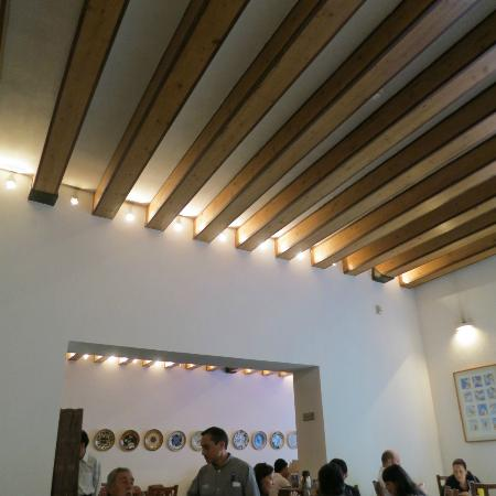 Casareyna Hotel: Ceiling in dining room