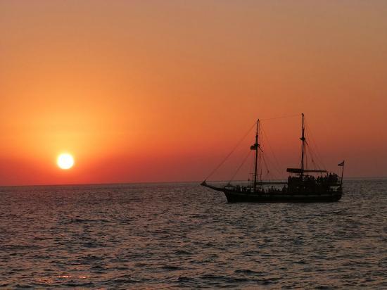 Santorini Kastelli Resort: Santorini sunset! Simply stunning from a boat.