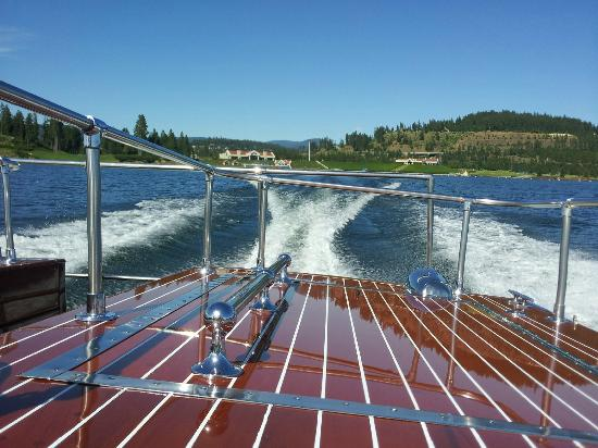 The Coeur d'Alene Resort: Beautiful wooden boat takes you to the infinity pool.