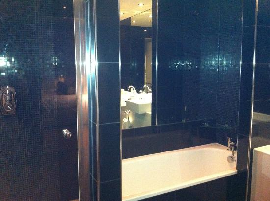 Macdonald Townhouse Hotel: Bathroom