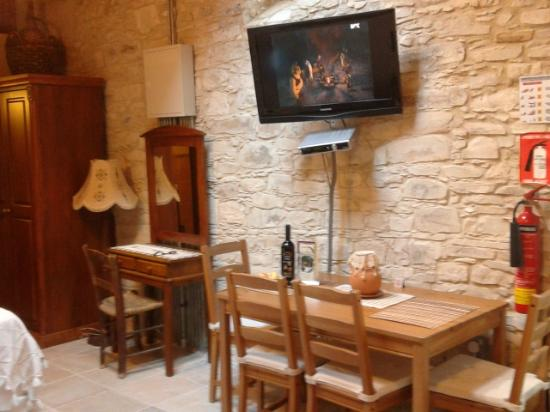 Vavla Rustic Retreat : Large screen TV