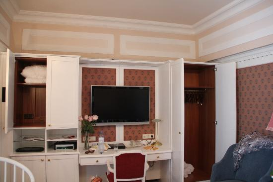 Hotel Bristol Vienna: Tv and extra closets in a junior suite