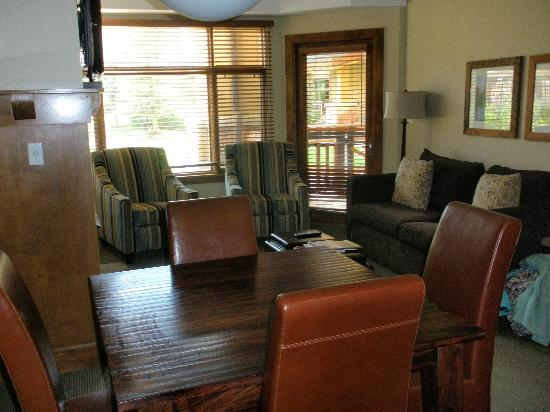 Sundial Lodge at Canyons Resort: Living/dining room