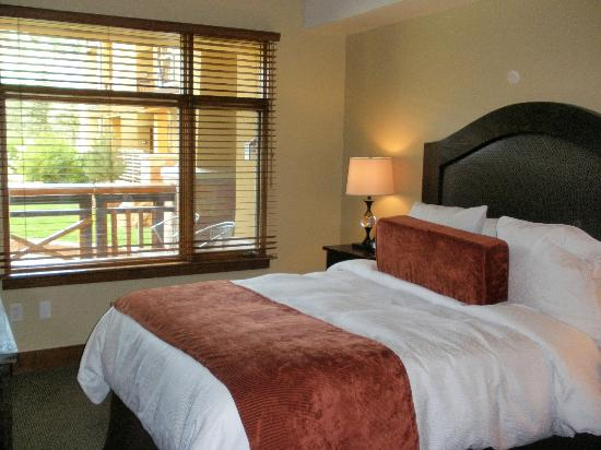 Sundial Lodge at Canyons Village : Queen bed in the room with the kitchen etc.