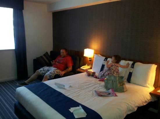 Holiday Inn Express London Gatwick-Crawley: family room with bed sette