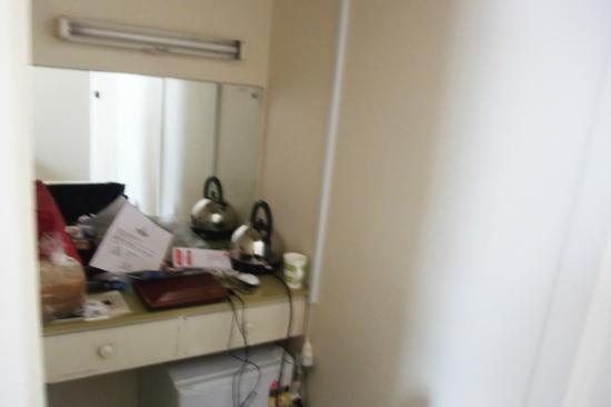 Ambassadors Hotel: angolo boiler/scrivania