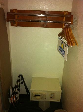 Days Inn Encinitas- Moonlight Beach: Closet space