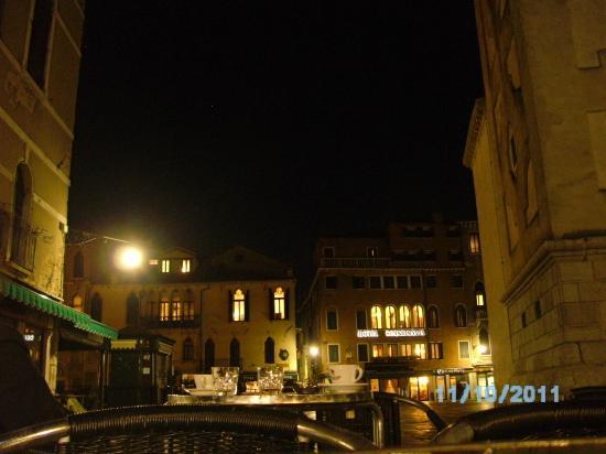 Hotel Scandinavia: Vista del Hotel de noche