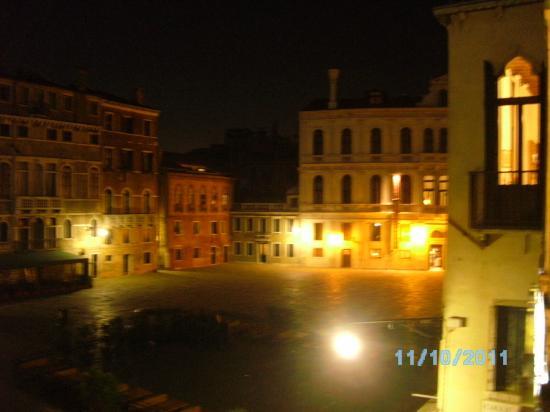 Hotel Scandinavia : Campo Santa Maria Formosa de noche desde Hotel