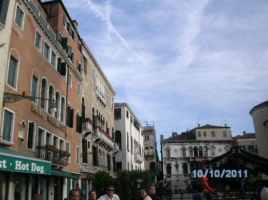 Hotel Scandinavia: Hotel y piazza