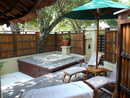 our jacuzzi and veranda area picture of banyan tree vabbinfaru vabbinfaru tripadvisor. Black Bedroom Furniture Sets. Home Design Ideas