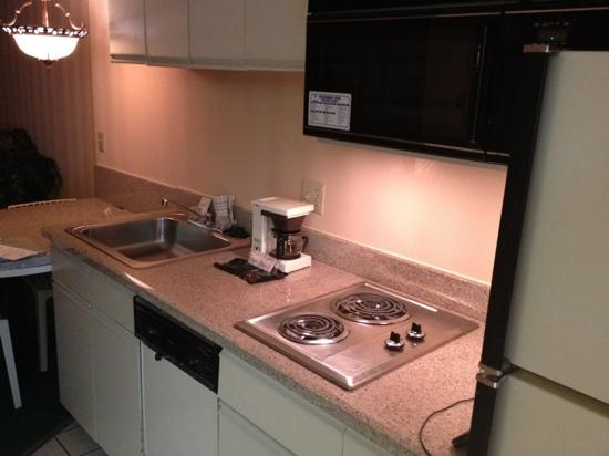 Princess Royale Resort: Kitchen - equipped with sink, stove, microwave and fridge with icemaker