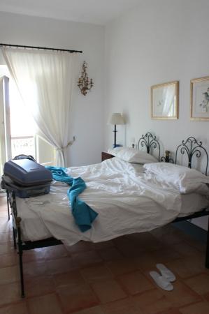 Palazzo Belmonte: letto e finestra