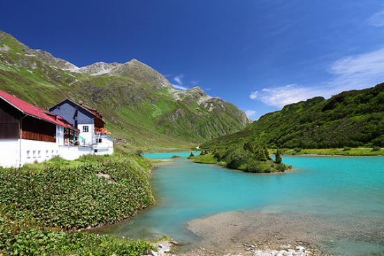 Alpengasthof Zeinisjoch: Glacier lake is amazing colour