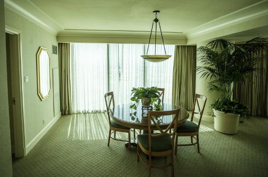 Four Seasons Hotel Las Vegas : Dining Room of the Sunrise/Sunset Suite
