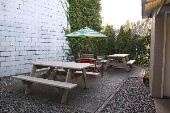 Westward Inn & Suites: Picnic and barbecue area