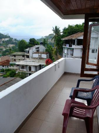 Sharon Inn: Balcony with some great views of Kandy, the lake and the Temple of the tooth (with the golden ro