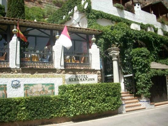 Hotel Albamanjon: Vista de la entrada del hotel