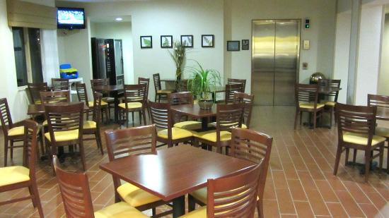 Sleep Inn & Suites Lakeside: Breakfast area