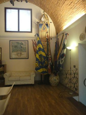 Piccolo Hotel Il Palio: Palio flags in Reception area