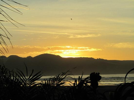 GEMS Seaside Lodge: Sunset from Ahipara beachfront on our last night in New Zealand
