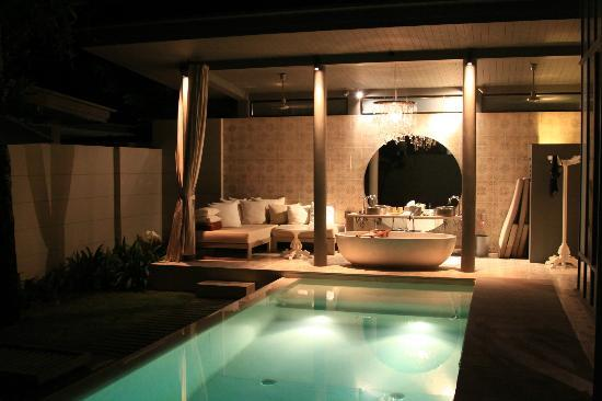 SALA Phuket Resort and Spa: Sala Pool Villa: Pool and bath at night