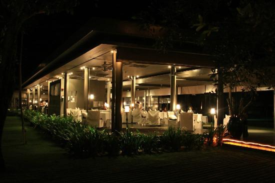 SALA Phuket Resort and Spa: Restaurant at night