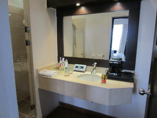 Occidental Grand Papagayo by Barcelo: Bathroom (Royal Club)